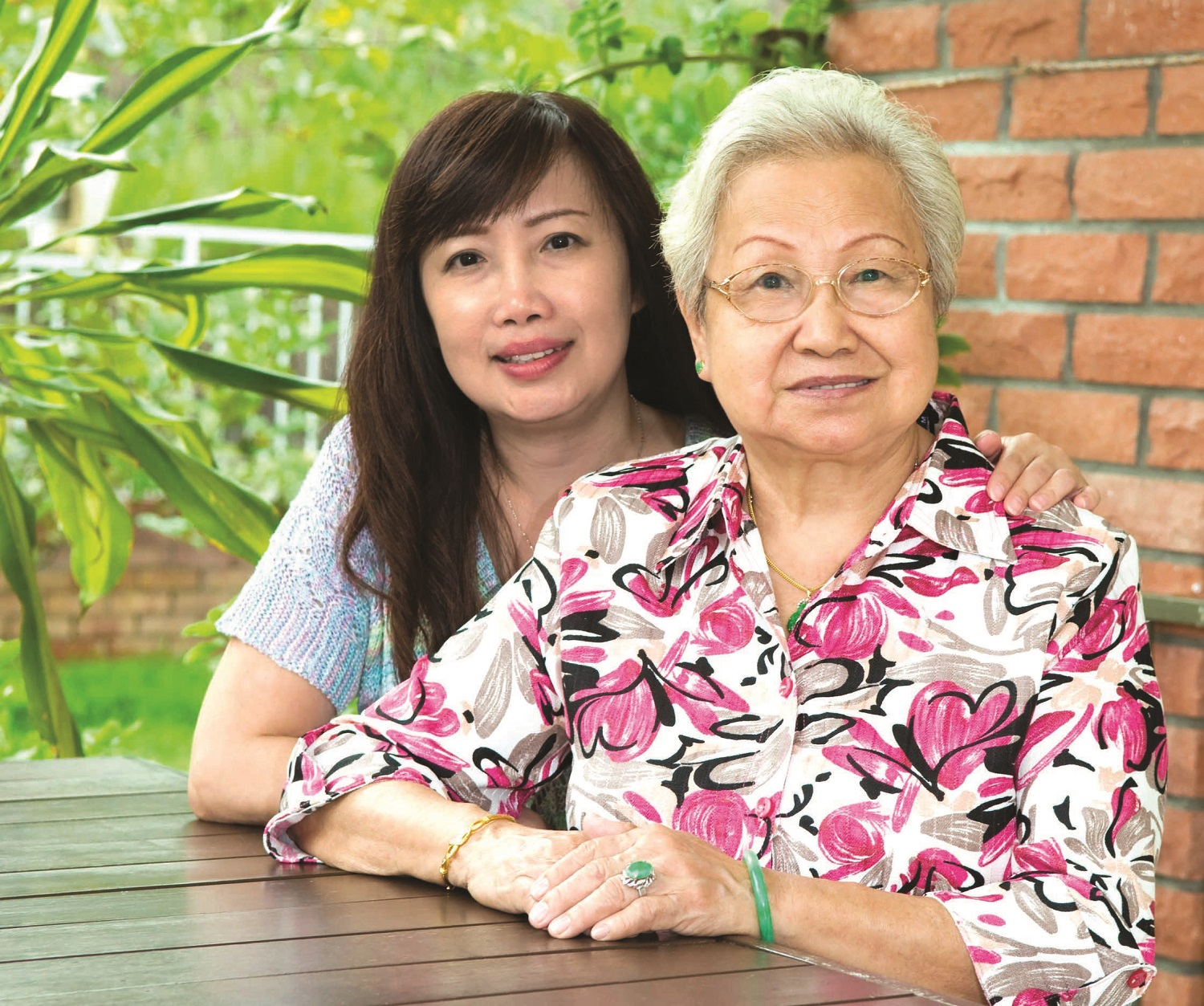 20206466 – elderly woman and her daughter